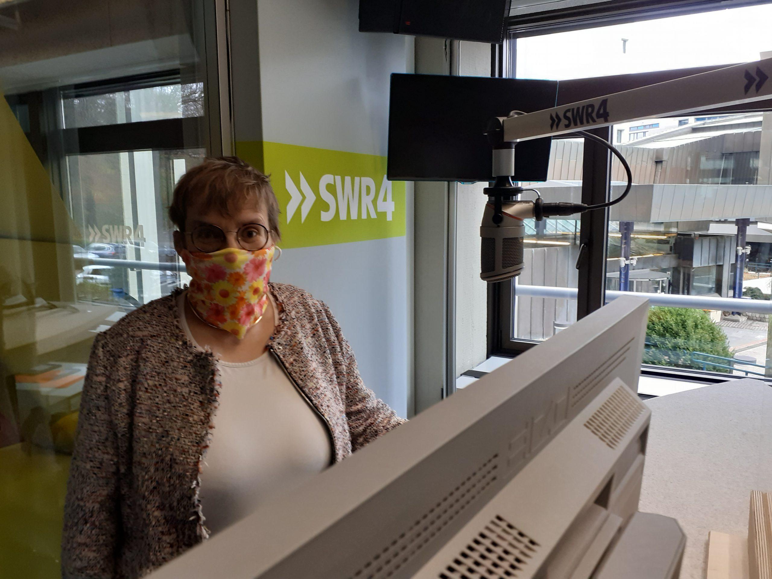 LVKM-Geschäftsführerin Jutta Pagel-Steidl zu Gast im Hörfunkstudio von SWR4 Baden-Württemberg: mit Maske und Abstand wie es in Coronazeiten üblich ist