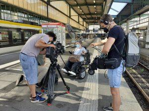 Eine Frau im Elektro-Rollstuhl steht am Bahnsteig. Sie berichtet einem Team des SWR, welche Auswirkungen der Bahnstreik für sie hat.